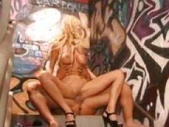 Blonde mit Riesen Möpsen fickt geilen Schwanz