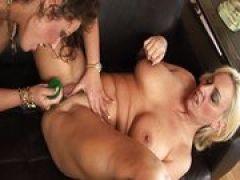 Zwei reife Mature Frauen beim Sex mit Dildo